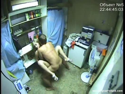 секс в подсобке скрытая камера