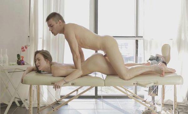 na-massazhnom-stole-devushku-porno