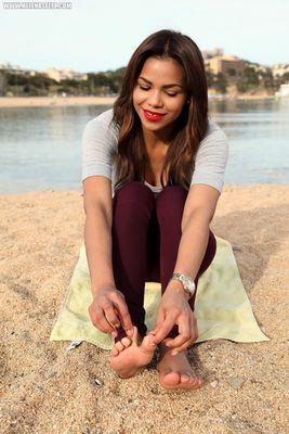 Helenas Feet - Worship my feet on the beach