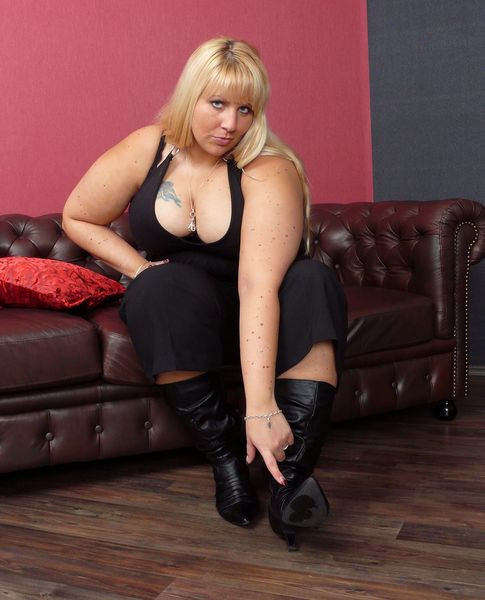Spitting-Girls - BBW lady Cathy - Spitting lesson