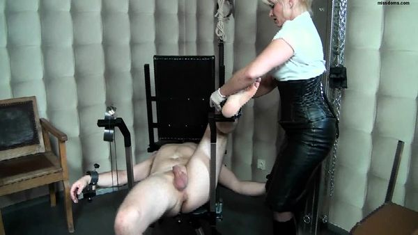 SchlagendeGirls - Lady Cynthia - Bootslave part 1