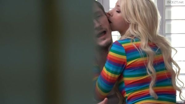 Junge Stieftochter Kenzie Reeves Deepthroat Daddy POV
